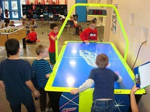 kids-playing-air-hockey